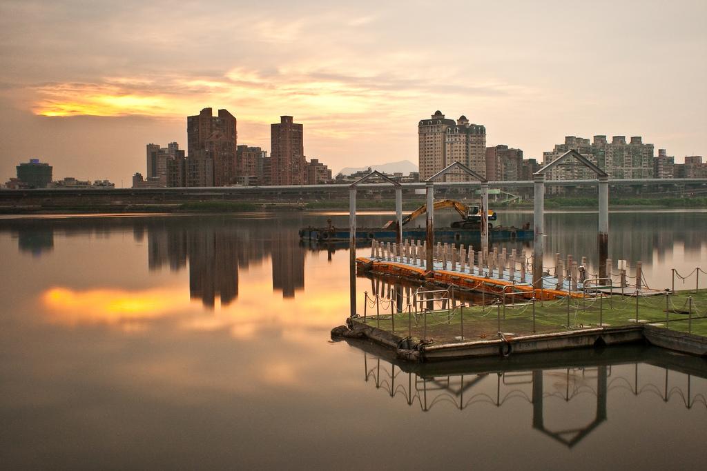一條橋兩種風景:文創觀光區與破敗蕭條的街區