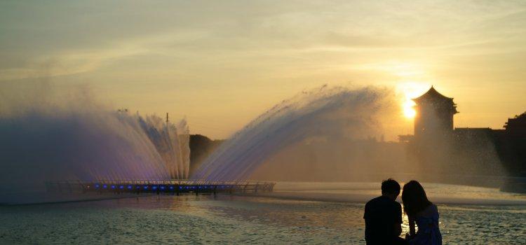 8月限定!大佳河濱【20層樓高】噴泉燈光秀「希望之泉」點亮台北不眠夜!