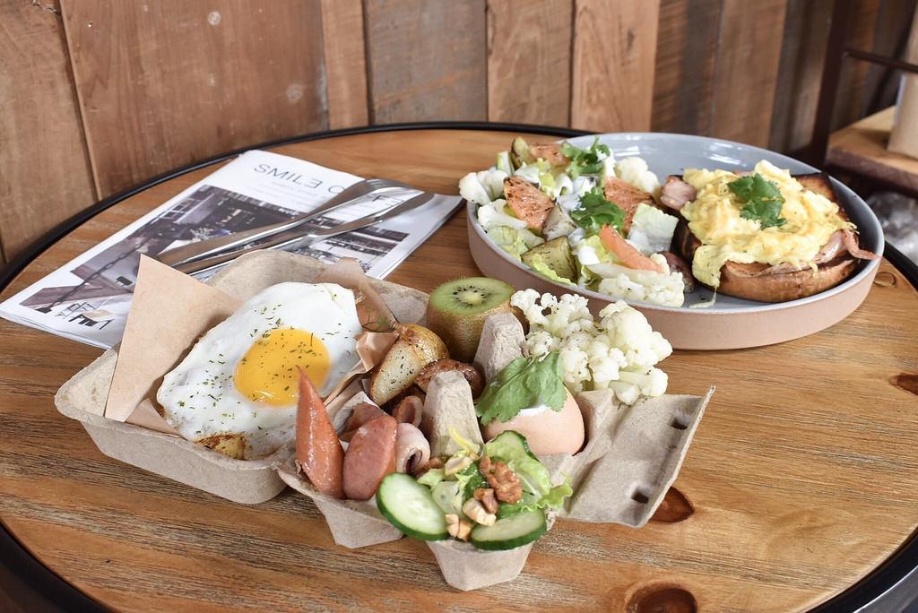 早餐裝進 ⌈雞蛋盒⌋ 咖好吃?⌈憲賣咖啡⌋ 連外國人都傻眼的 超豐盛早餐!