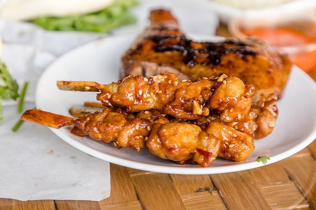 【初秋野餐好去處】八里河岸「烤雞咬一口」現在買烤雞就送帳篷、懶人椅!