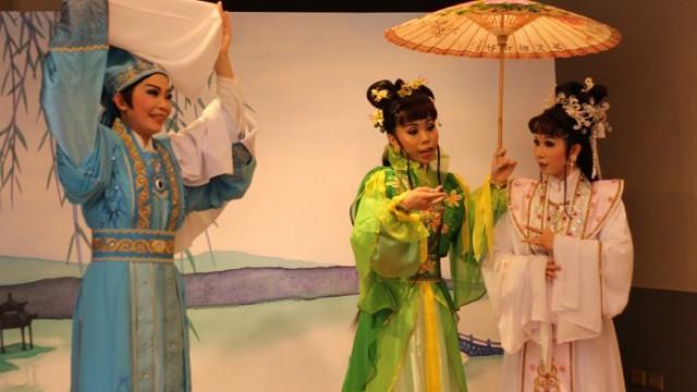 《天地情之西湖借傘》演員的身段保留了傳統的元素。