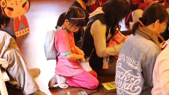 小女孩在開場前測試導覽耳機。