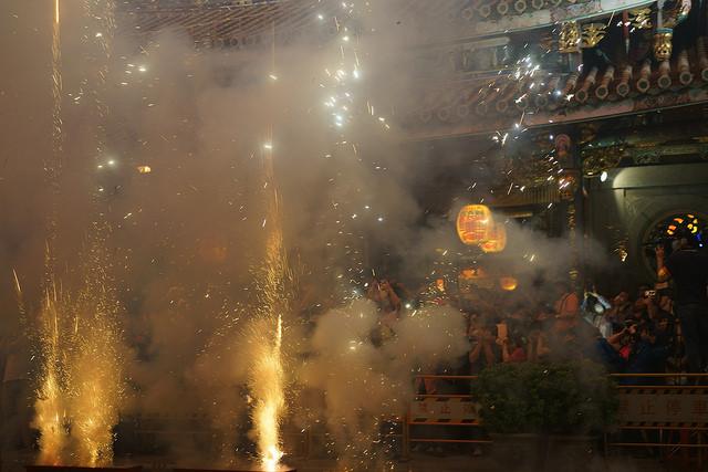 你可能聽過台南鹽水蜂炮,但台北放火獅呢?台北最狂民俗活動【放火獅】降臨啦!